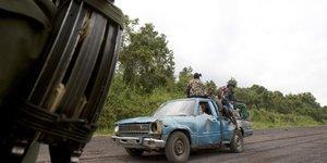 Barrage routier route barrière armée route déplacement conflit réfugiés