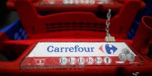 Carrefour ralentit en 2017, prevision de resultat encore abaissee