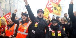 Pres de 25.000 cheminots ont manifeste a paris