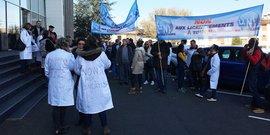 Les manifestants devant le siège des laboratoires Pierre Fabre, lors de la journée de mobilisation du 19 février.