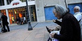 Espagne, pauvreté, précarité, minimas sociaux, Vieille femme mangeant une soupe en Espagne (seuil pauvreté)