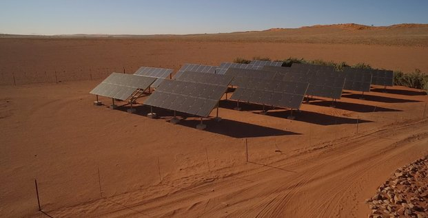 Désert soleil panneaux énergie solaire