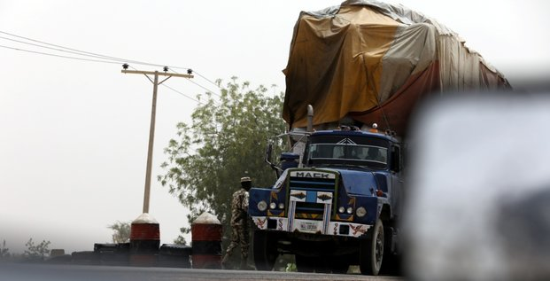 militaire Nigeria contrôle camion transport