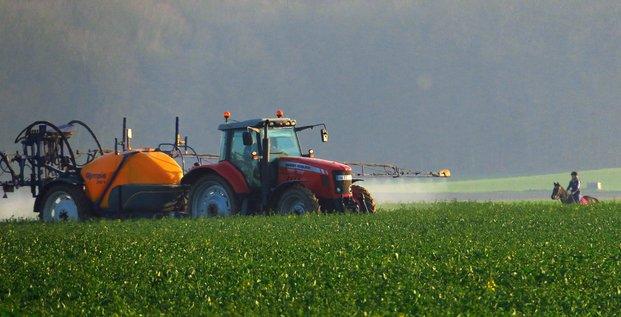 pesticides, épandage, tracteur, agriculteur, population, pollution chimique, champ