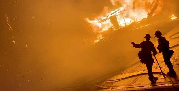 Les pompiers mobilises face aux flammes dans le sud de la californie