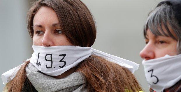 Des manifestants protestent contre le recours au 49-3, le 3 mars 2020, à Paris.