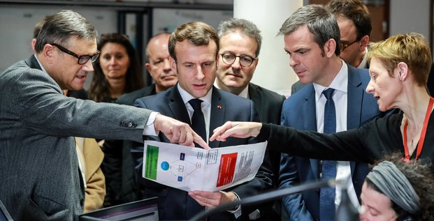 Coronavirus : Emmanuel Macron, le ministre de la Santé Olivier Véran et Martin Hirsch, le président de l'AP-HP écoutent le professeur Pierre Carli, chef du service de régulation du Samu de Paris à l'Hôpital Necker