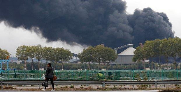 De la fumée s'échappe de l'usine Lubrizol, à Rouen, le 26 septembre 2019