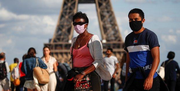 Coronavirus : des gens portent un masque, square du Trocadéro, près de la tour Eiffel, alors que Paris prévoit de rendre obligatoire le port du masque à l'extérieur, dans certaines zones particulièrement fréquentées