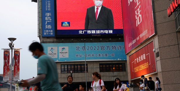 Chine : le président Xi Jinping, masque sur le visage, apparaît sur un écran dans une zone de shopping à Pékin