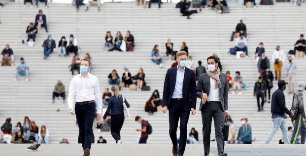 Coronavirus : des gens portant un masque marchent dans le quartier financier de La Défense à Nanterre, le 1er septembre 2020