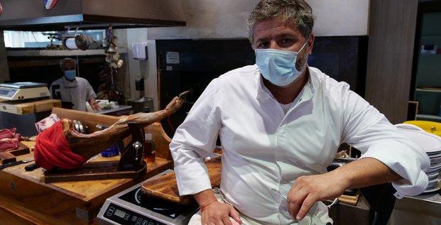 Rolland Schembri, propriétaire de restaurant, pose durant une interview avec Reuters, après que le gouvernement a annoncé la fermeture pendant deux semaines des cafés et restaurants à Marseille et à Aix pour limiter la propagation du coronavirus (le 25 septembre 2020 à Marseille)