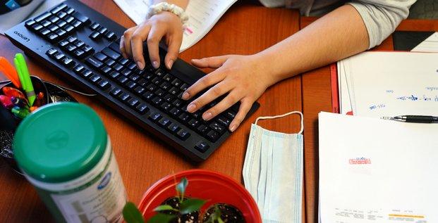 Travail, clavier d'ordinateur, masque, Covid-19