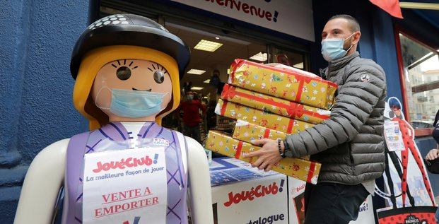 Coronavirus / Vente à emporter / Click and collect / Commerce non-essentiel : un homme récupère sa commande pour Noël grâce au click and collect mis en place par le magasin de jouets JoueClub à Nice