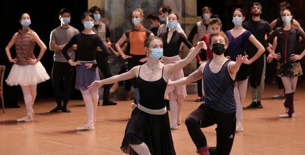 Coronavirus : Des danseurs portant un masque se produisent sur scène durant une répétition du ballet de Don Quichotte au Théâtre de l'Opéra à Nice, le 10 décembre 2020
