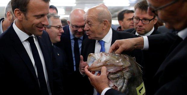 Emmanuel Macron visite le marché aux poissons dans le port de Guilvinec (Bretagne), le 21 juin 2018