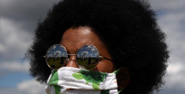 États-Unis : des manifestations sont reflétés dans les verres de lunettes d'une femme durant une manifestation contre les inégalités raciales au Texas