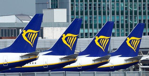 Ryanair affiche une perte annuelle record mais dit observer des signes de reprise