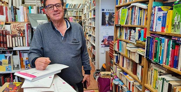 Hamid Kaighobadia prépare des commandes en ligne au milieu de sa librairie atypique