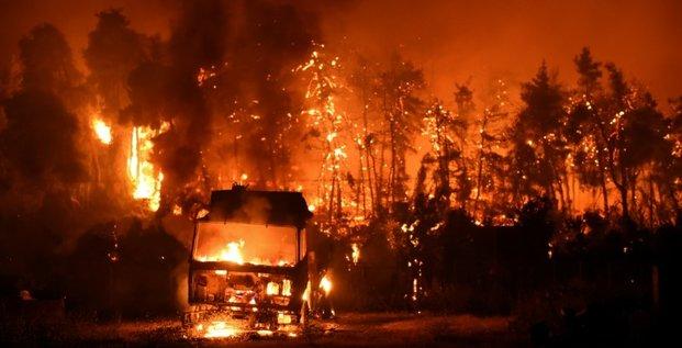 Grece: l'ile d'eubee toujours en proie aux flammes, des milliers d'evacues