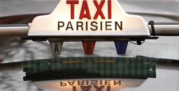 L'enseigne d'un taxi parisien, le 29 janvier 2008.