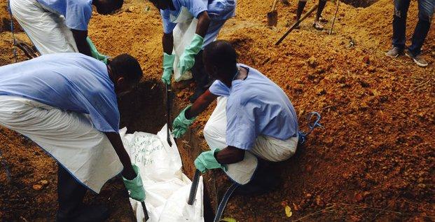 Le nombre de victimes du virus Ebola grimpe à 932
