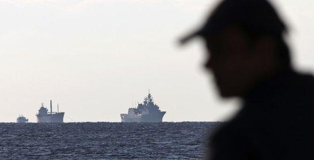 Un cargo en panne transportant des migrants remorqué vers la Crète