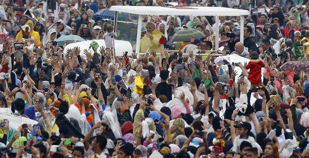 Le pape francois celebre une messe en plein air devant une foule immense a manille