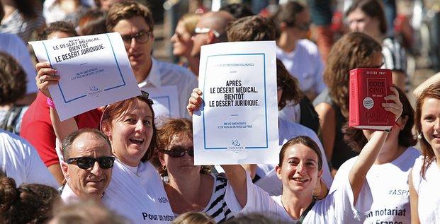 Un mois après leur rassemblement, la mobilisation des notaires contre la réforme des professions règlementées ne faiblit pas.