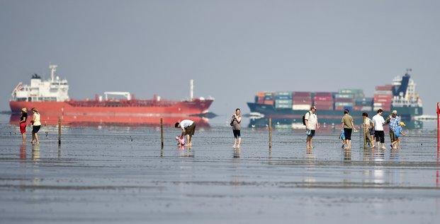 Mer du Nord tankers navire marine marchande et gens sur la plage
