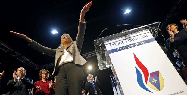 Marine Le Pen, présidente du Front National, parti d'extrême droite, devant la fédération du Var le 16 mars 2015 (à Six-Fours, près de Toulon)