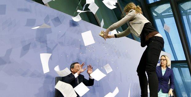 Une jeune femme d'une vingtaine d'années a sauté sur la table devant le président de la BCE Mario Draghi mercredi 15 avril en criant  À bas la dictature de la BCE