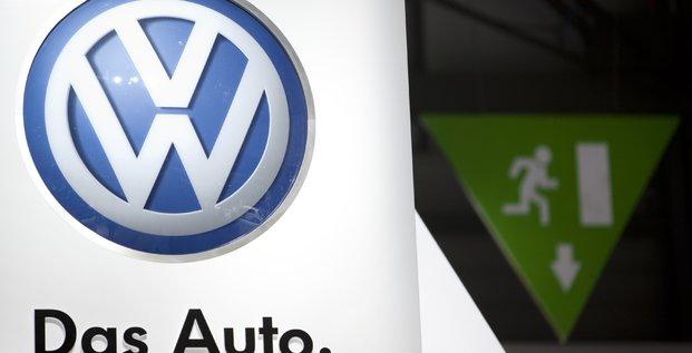 Logo Volkswagen et sortie d'urgence