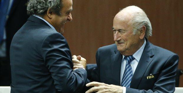 Le président de la Fifa Joseph Sepp Blatter est félicité pour sa réélection par le président de l'UEFA Michel Platini le 29 mai 2015