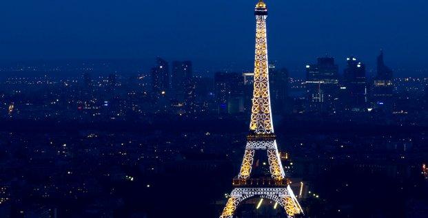 La Tour Eiffel illuminée de nuit le 14 juillet 2013 à Paris