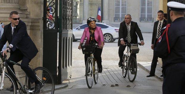 La ministre de la Justice Christiane Taubira quitte le palais de l'Elysée en vélo à Paris le 13 mars 2014