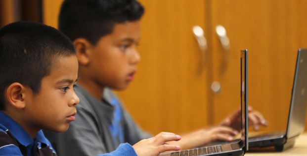 Des enfants américains devant des ordinateurs portables en octobre 2013