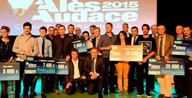 Max Roustan, président d'Alès Agglomération, entouré des 11 porteurs de projets primés