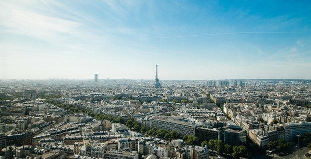 Vue panoramique de Paris avec la Tour Eiffel et la Tour Montparnasse en arrière plan (immobilier, immobilier anciens, appartement, location)