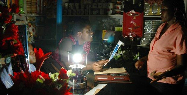 Afrique, électricité, pannes, énergie renouvelable, lampe solaire, kérozène, pétrole, générateur électrique, lumière, nuit, boutique, femmes africaines, échoppe, centrales nucléaires,