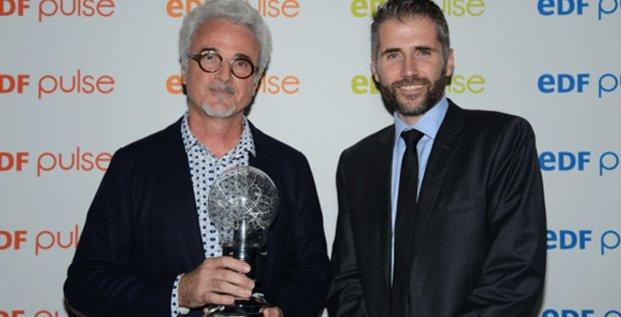 Lauréat du 1er prix EDF Pulse, en janvier, Jean-François Cambot (TellMePlus, à gauche) a reçu son prix des mains de Stéphane Marcel (Créalia)