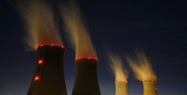 EDF, nucléaire, centrale de Dampierre-en-Burly, tour de refroidissement, vue de nuit, vapeur, énergie, production d'électricité, Areva, écologie, démantèlement, lobby, CEA, France,