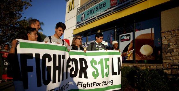 Des employés de fast food manifestent à Los Angeles (Californie) devant un McDonald's pour l'augmentation du salaire minimum. Novembre 2015.