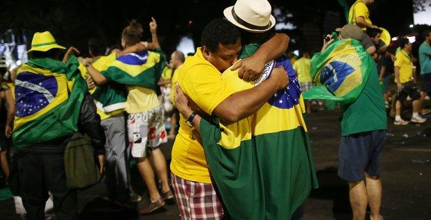 Des opposants à la présidente brésilienne DIlma Roussef célèbrent le vote des députés pour sa procédure de destitution à Brasilia (Brésil) le 17 avril