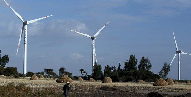 UN homme marche près d'éoliennes construite par le chinois Exim à Addis Adaba en Ethiopie