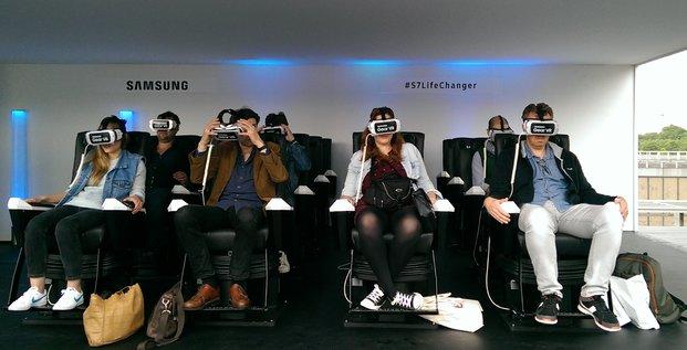 Des journalistes essaient l'attraction Grand 7 du parc d'attraction S7 Life Changer de Samsung (réalité virtuelle)
