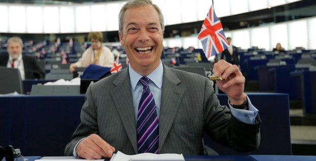 Nigel Farage, leader de l'UKIP et membre du parlement européen tient un drapeau du Royaume-Uni, à Strasbourg le 8 juin 2016
