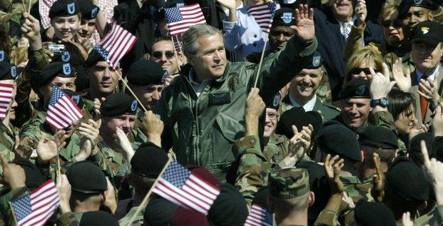 Le président américain Georges W. Bush en mars 2004 à Fort Campbell aux États-Unis devant des troupes pour parler de l'invasion de l'Irak par l'armée américaine