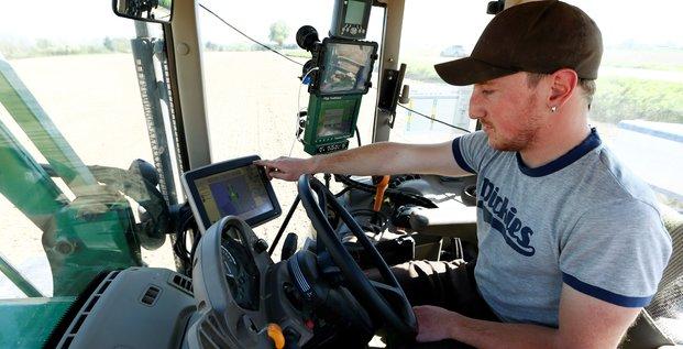 Agriculture numérique, tracteur, écrans, champ, cultivateur,