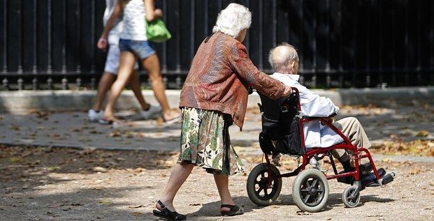 Un couple de retraités se promènent dans Paris, en août 2013